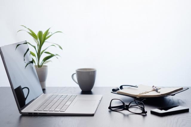 観葉植物とパソコン