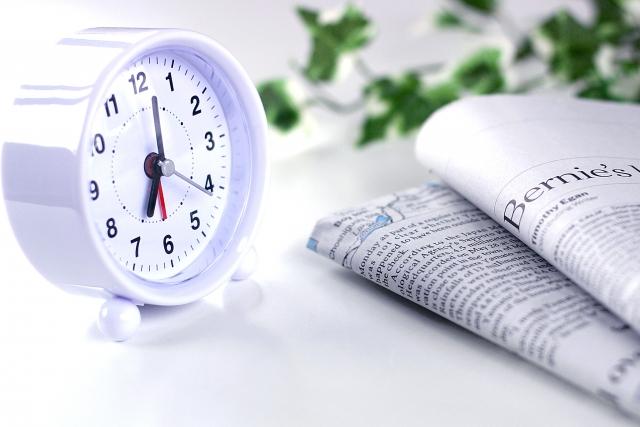 目覚まし時計と新聞紙