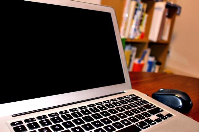 パソコンと本棚