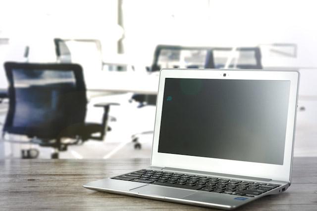 オフィスにあるノートパソコン
