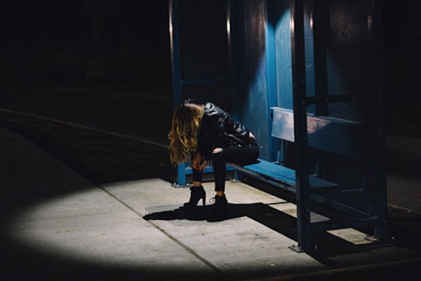 夜のバス停